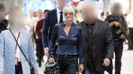 PHOTOS Laeticia Hallyday de retour à Paris: son arrivée, très escortée, à l'aéroport