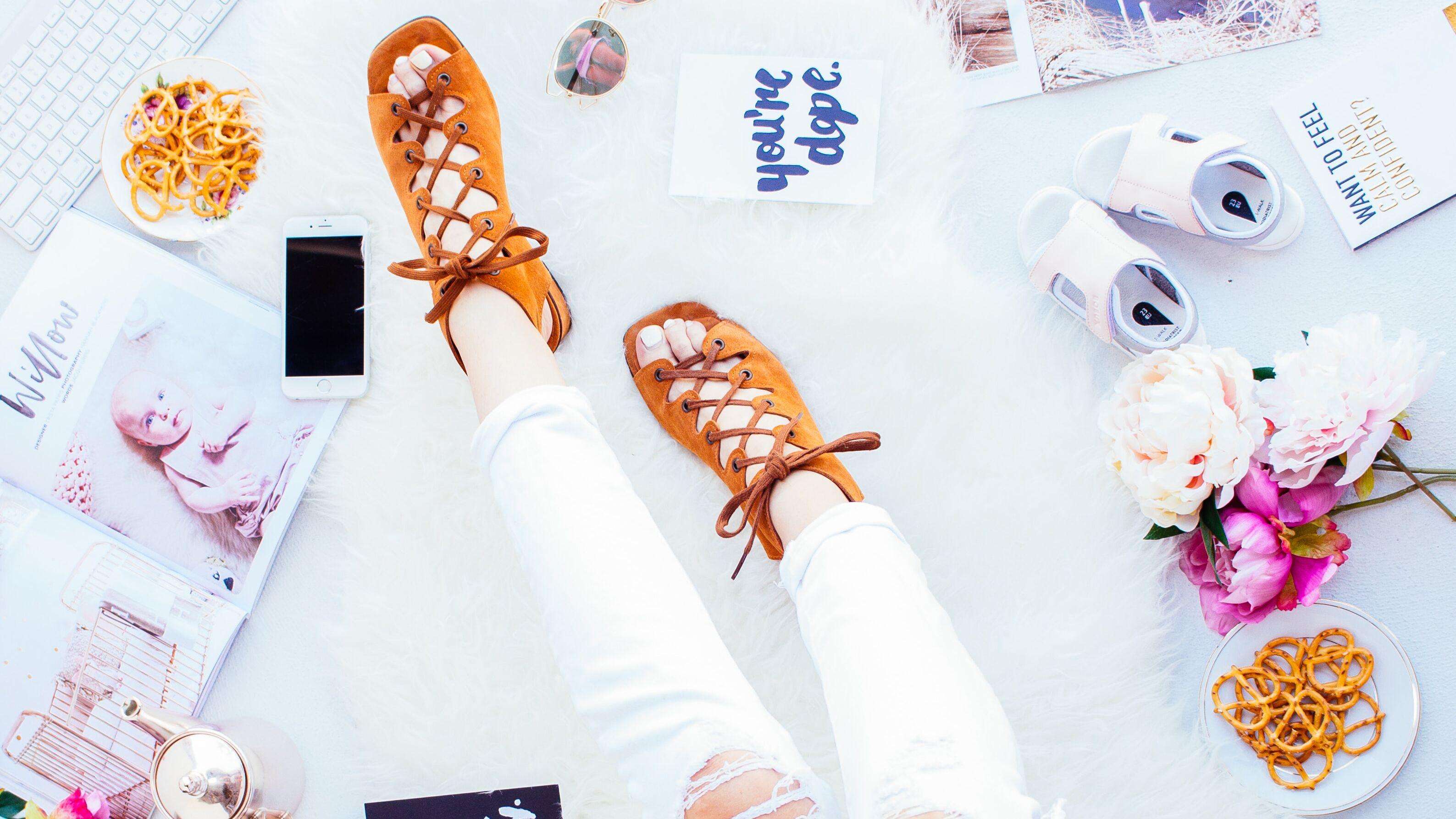 Comment porter les sandales à bout carré?