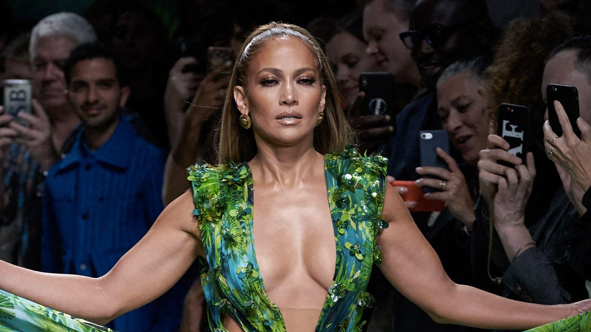 PHOTOS Jennifer Lopez en décolleté ultra plongeant fait sensation dans la robe qu'elle portait déjà il y a 19 ans