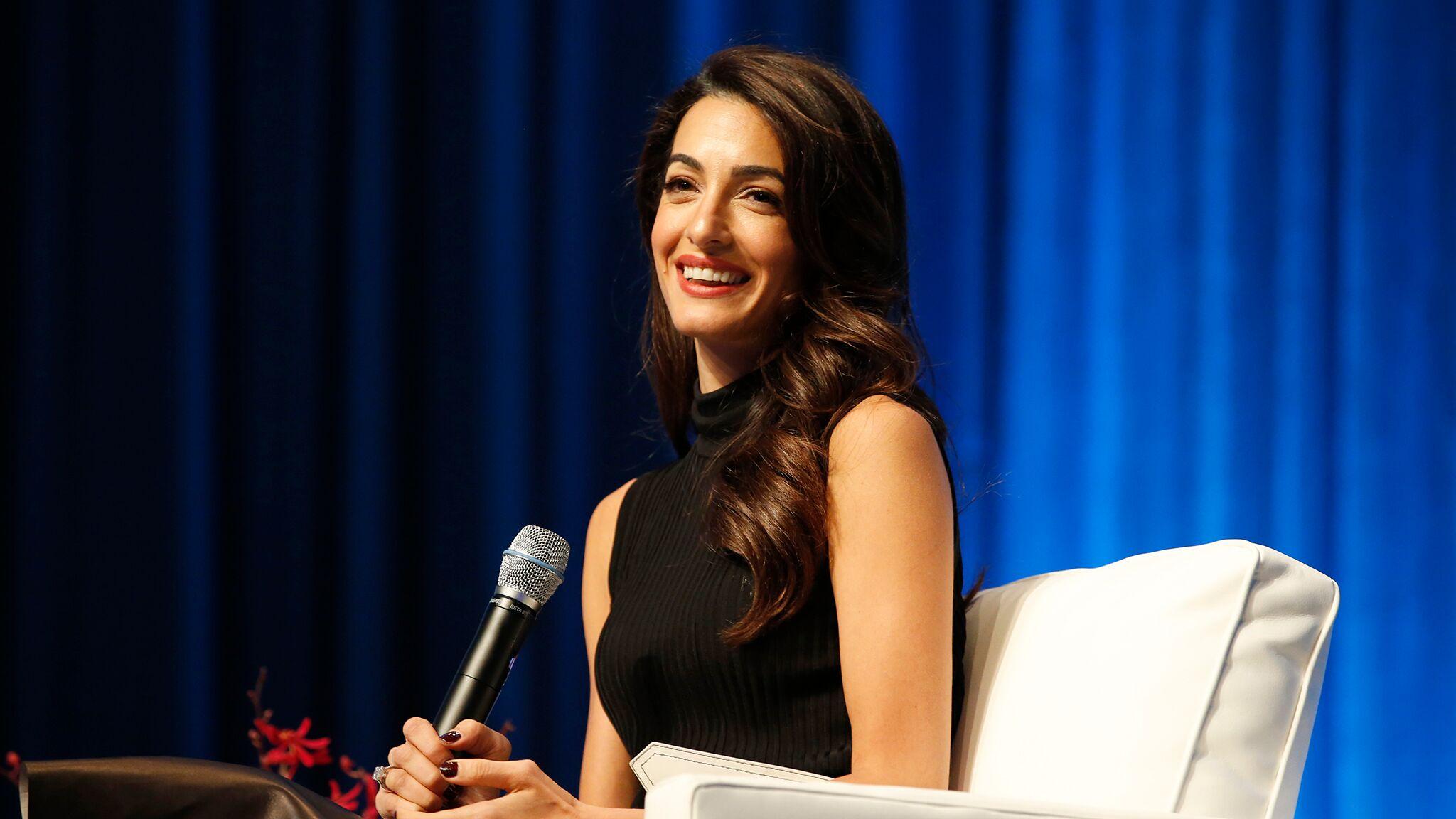 Amal Clooney : sa tenue annonce-t-elle la couleur de l'automne-hiver?