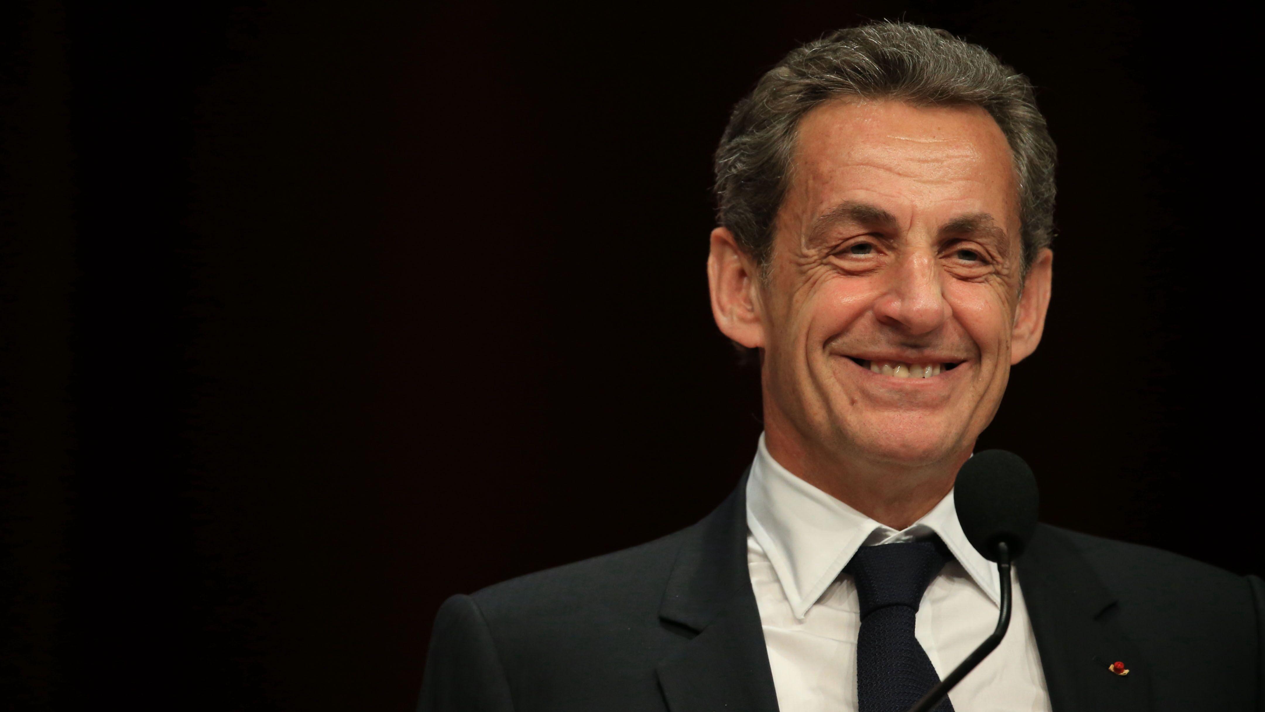 Nicolas Sarkozy Tres Gene Une Fan Le Drague Ouvertement Lors D Une Seance De Dedicace Voici