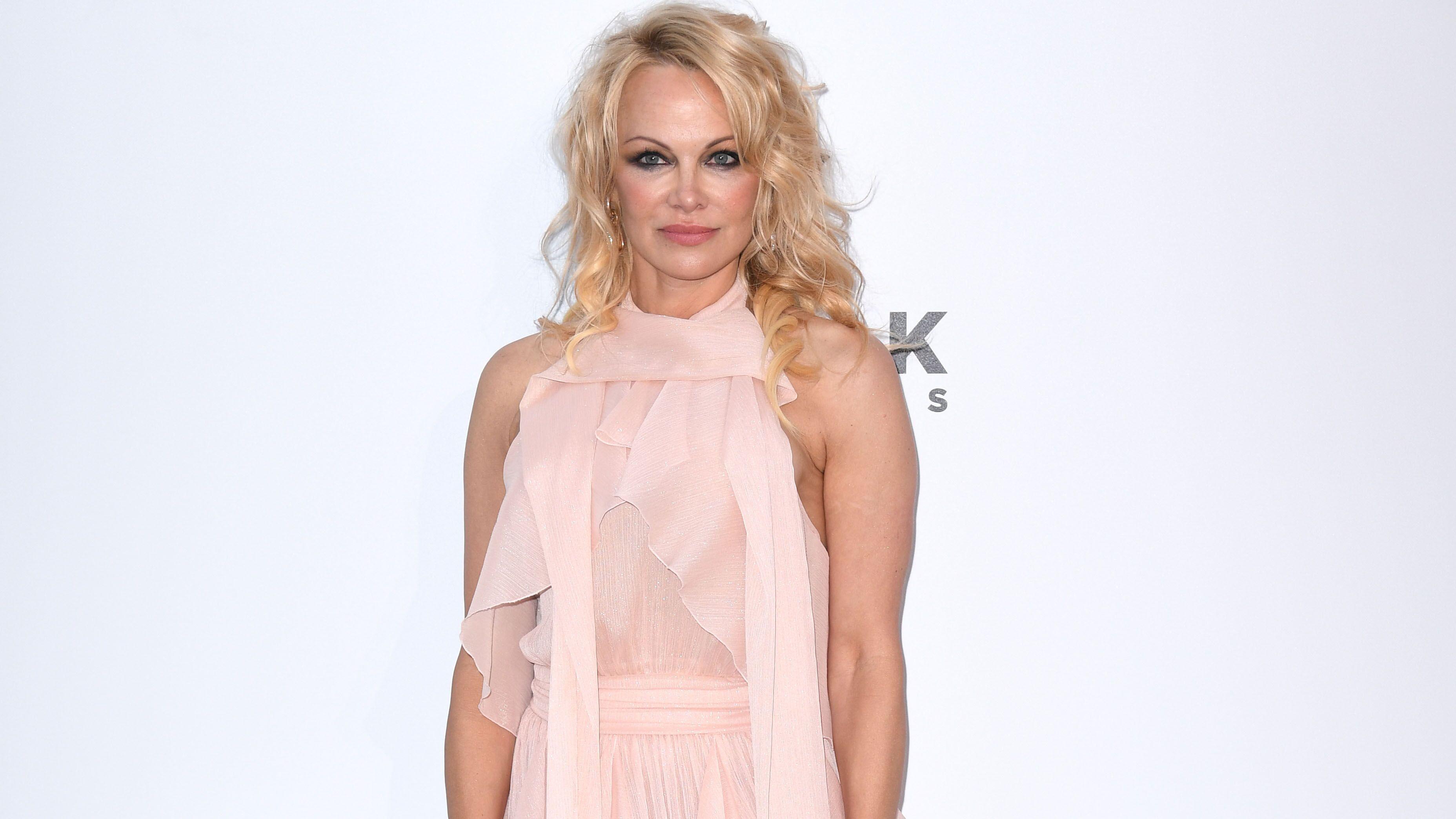 PHOTO Pamela Anderson et son décolleté interminable vous invitent à une petite séance de télépathie