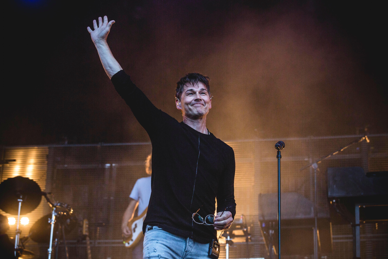 Incroyable : 34 ans après, Morten Harket, le chanteur de A-ha, rejoue le clip de Take on me et il n'est pas seul!