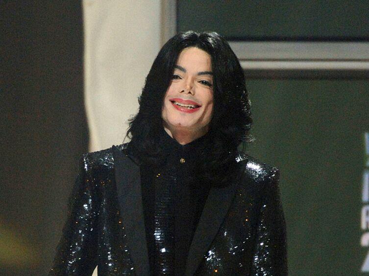 Michael Jackson pas vraiment mort et devenu sosie de lui-même? Des internautes demandent un test ADN