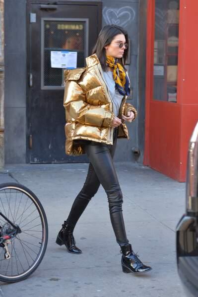 Kendall Jenner opte pour la doudoune XXL lamé