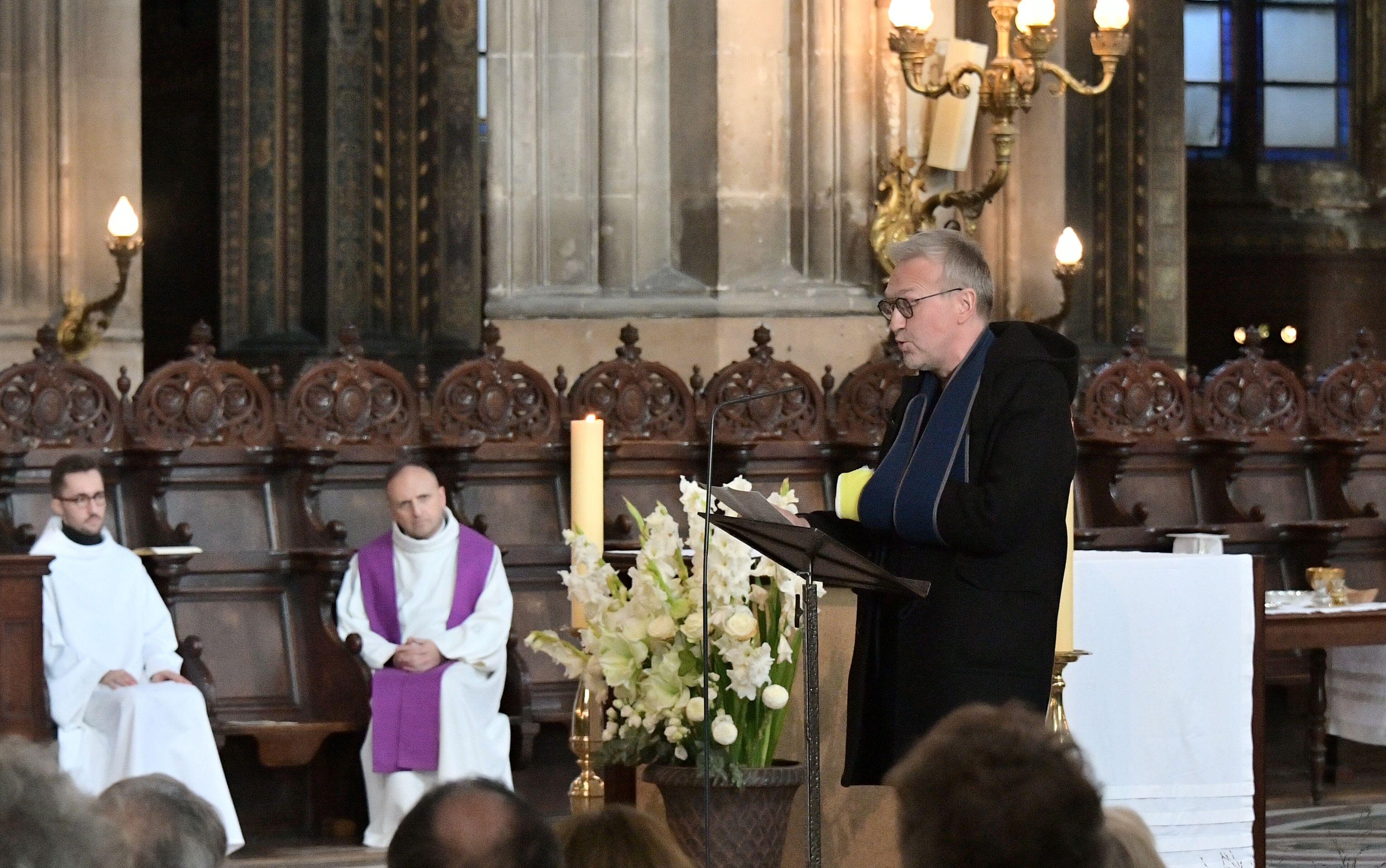 PHOTO Laurent Ruquier blessé : il apparaît le bras dans le plâtre aux obsèques de Marie Laforêt