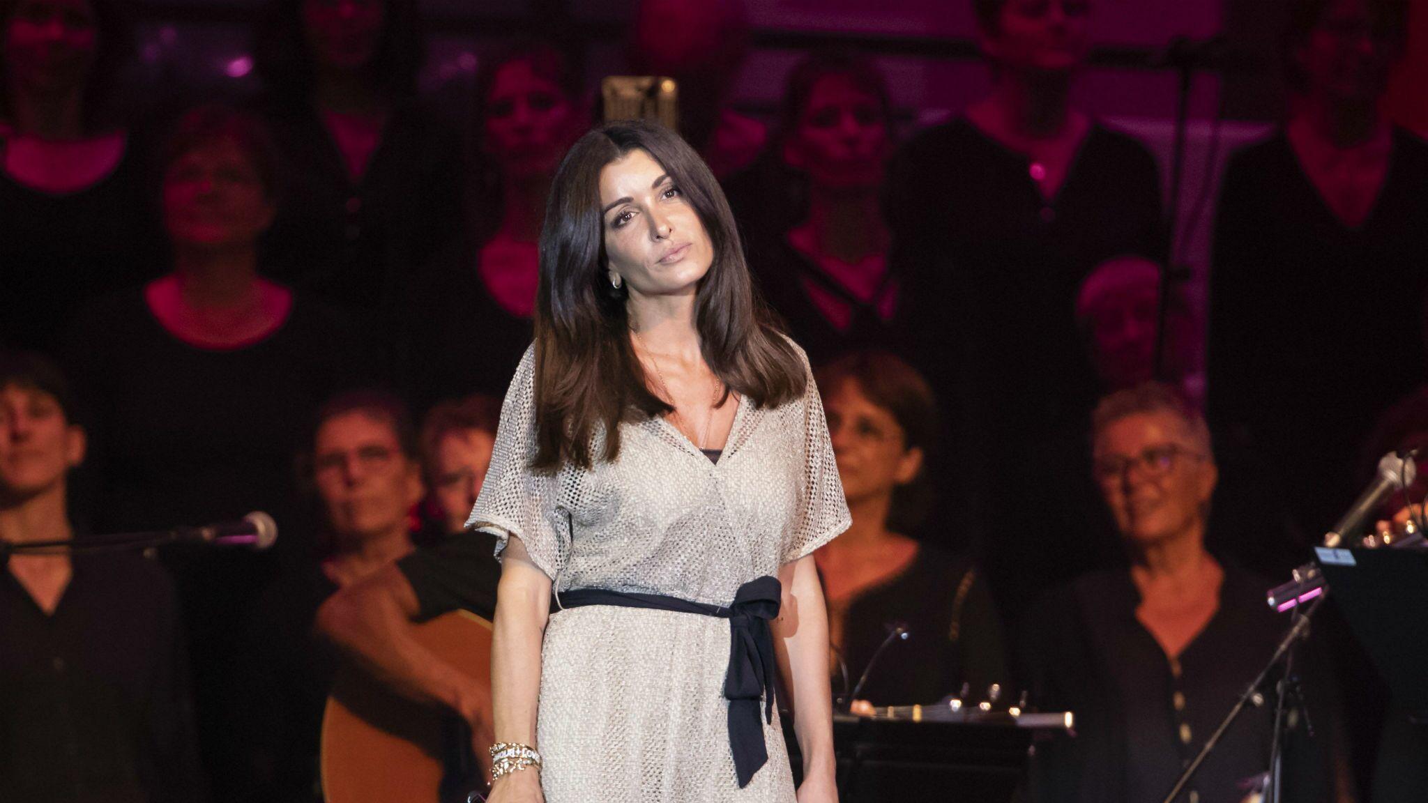 Jenifer : une bagarre éclate dans le public pendant son concert, la chanteuse obligée d'intervenir