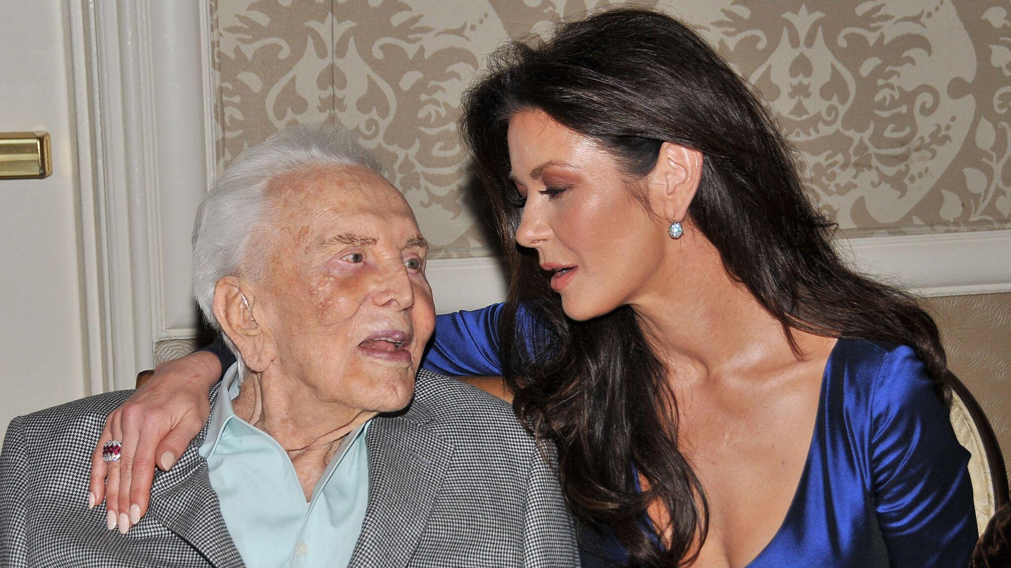 PHOTO Catherine Zeta Jones partage un cliché touchant pour les 103 ans de Kirk Douglas