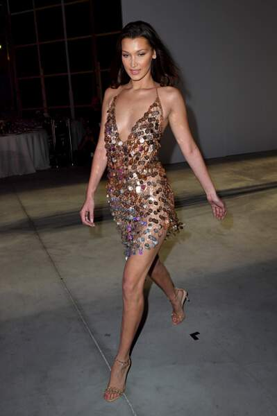 Bella Hadid et sa robe fine brillante