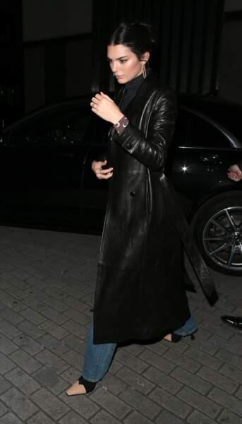 Kendall Jenner adopte le manteau long en cuir