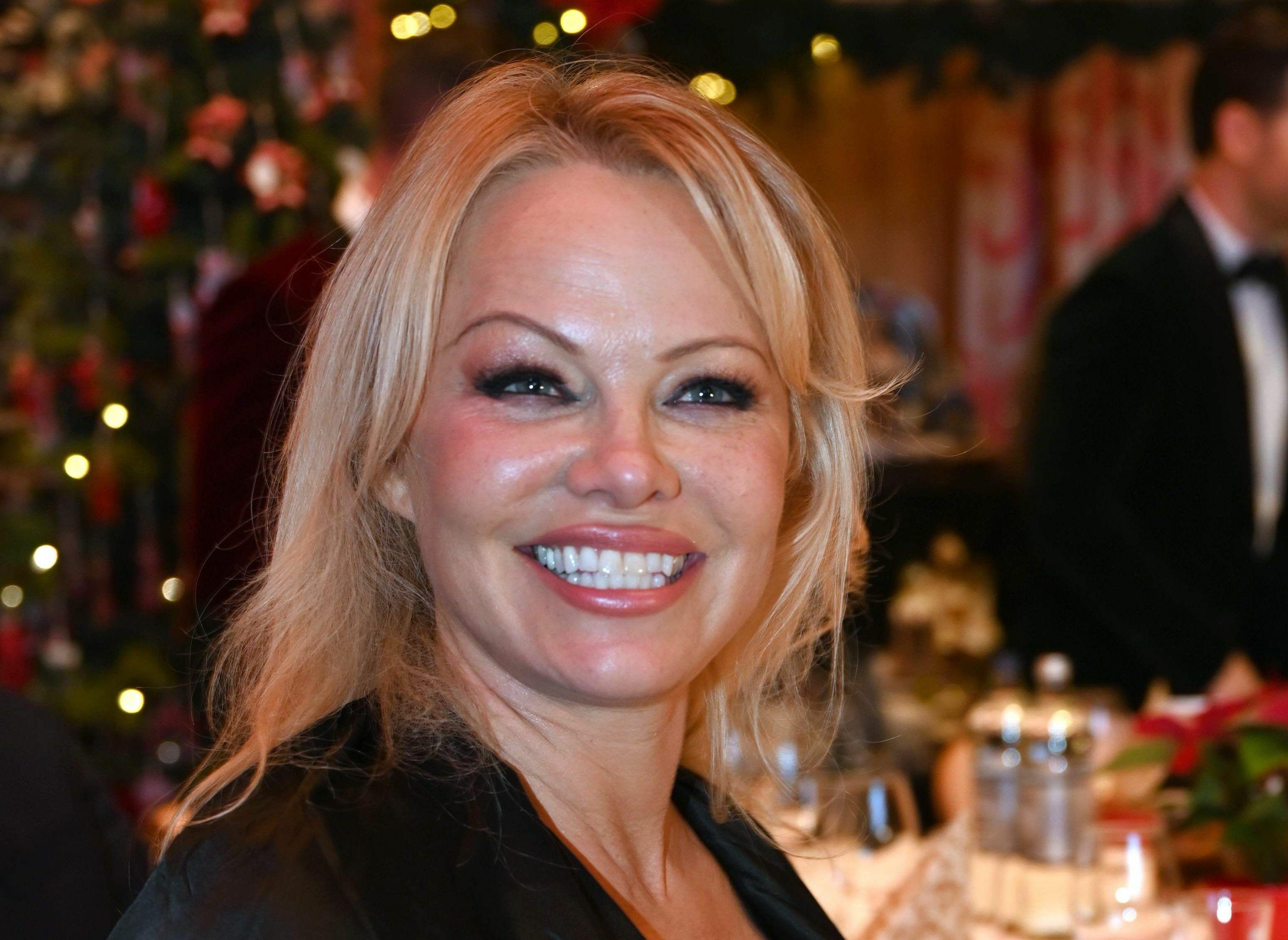 PHOTO Pamela Anderson pose nue, perchée sur des hauts talons aiguilles