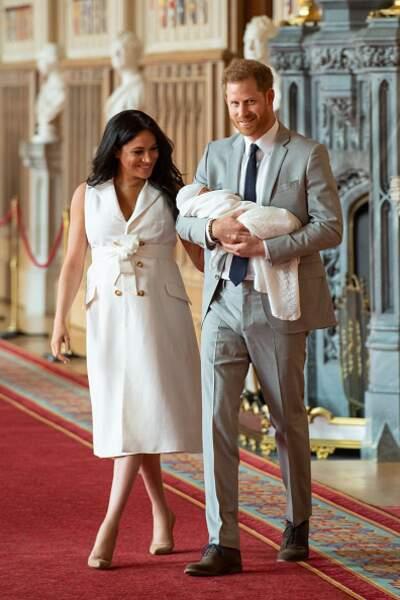 Sa robe écru pour la présentation officielle de son fils Archie