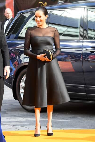 Sa robe noire pour la première du Roi Lion en juillet