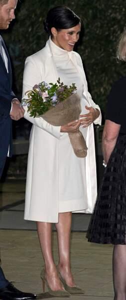 Son ensemble beige composé d'une robe pull et d'un manteau long