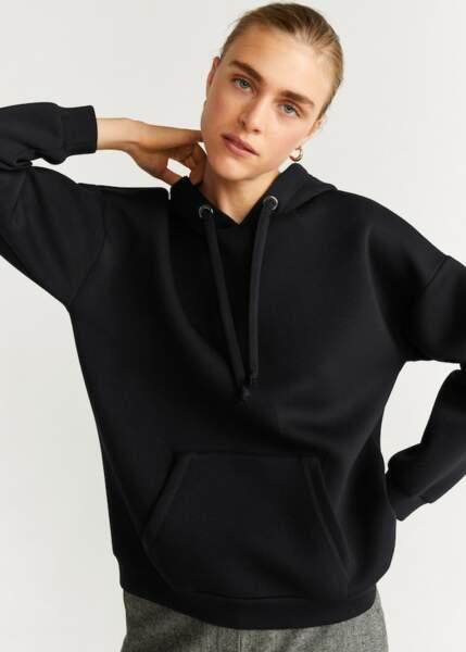 Sweat-shirt avec poche kangourou et capuche, 19,99 € (prix non soldé 35,99 €), Mango.