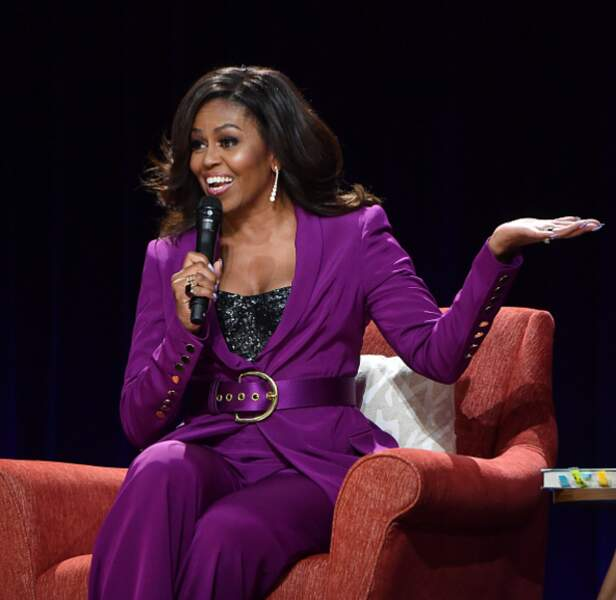 Michelle Obama et son tailleur violet rehaussé par un top à paillettes