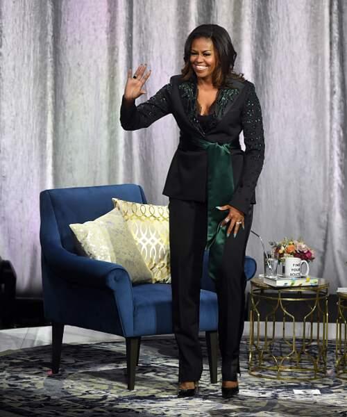 Michelle Obama et son tailleur noir rehaussé par du vert