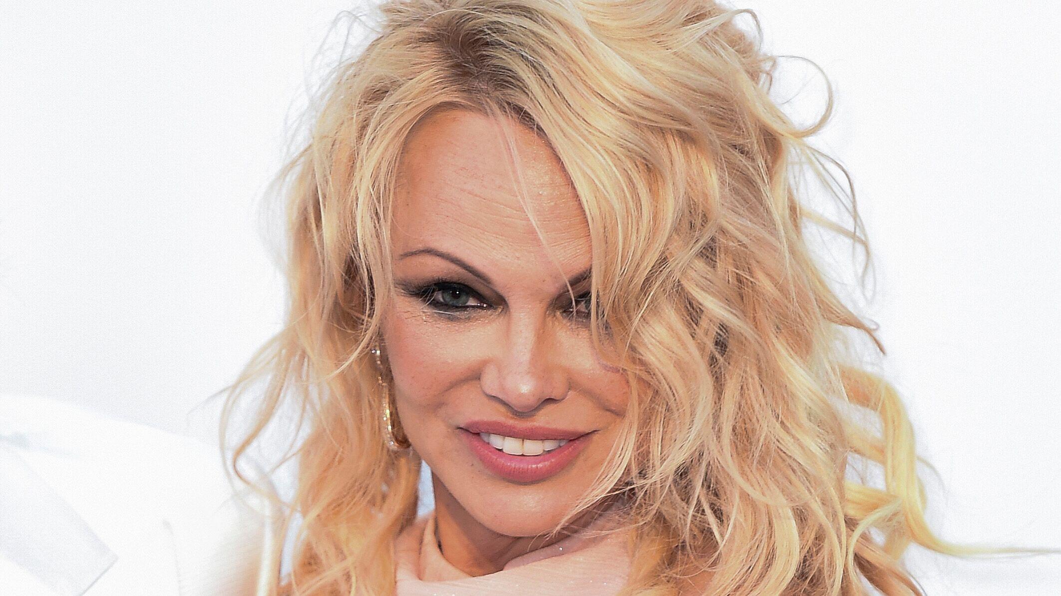 PHOTO Pamela Anderson laisse échapper sa poitrine dans une combinaison très échancrée