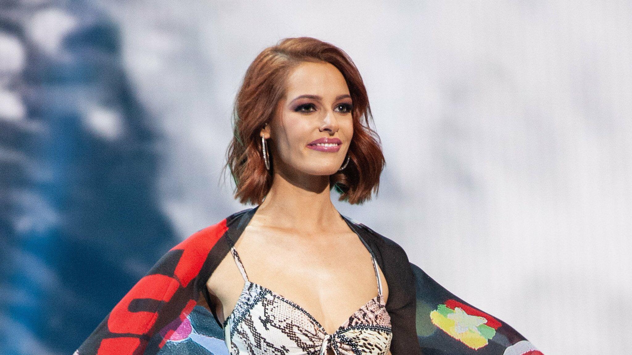 Maëva Coucke partage un souvenir sexy de Miss Univers, les internautes la vannent sur sa chute