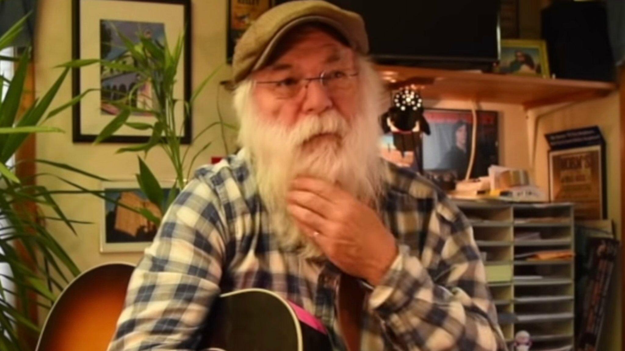 Mort sur scène d'un célèbre chanteur de folk américain : il « s'est excusé avant de fermer les yeux »