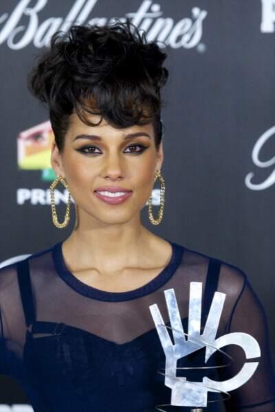 2012 : Regard charbonneux et frange, Alicia Keys aimait le maquillage