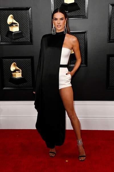 Alessandra Ambrósio très chic dans une tenue atypique