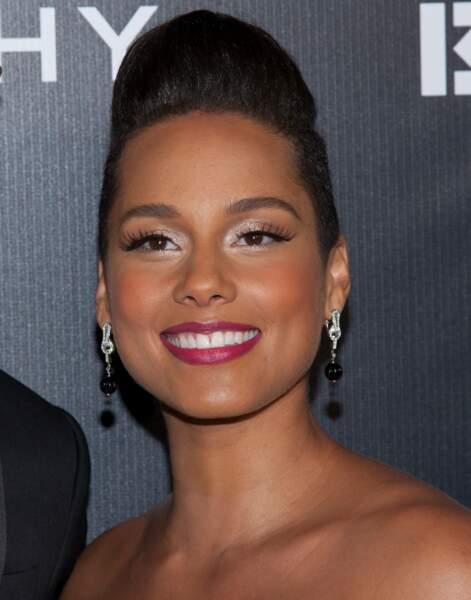 2014 : Alicia Keys optait pour des maquillages plus chargés : ombre à paupières brillante et rouge à lèvres framboise