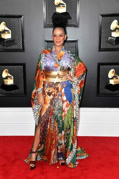 H.E.R ose la robe kimono avec brio