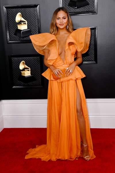 Chrissy Teigen glamour et lumineuse en orange