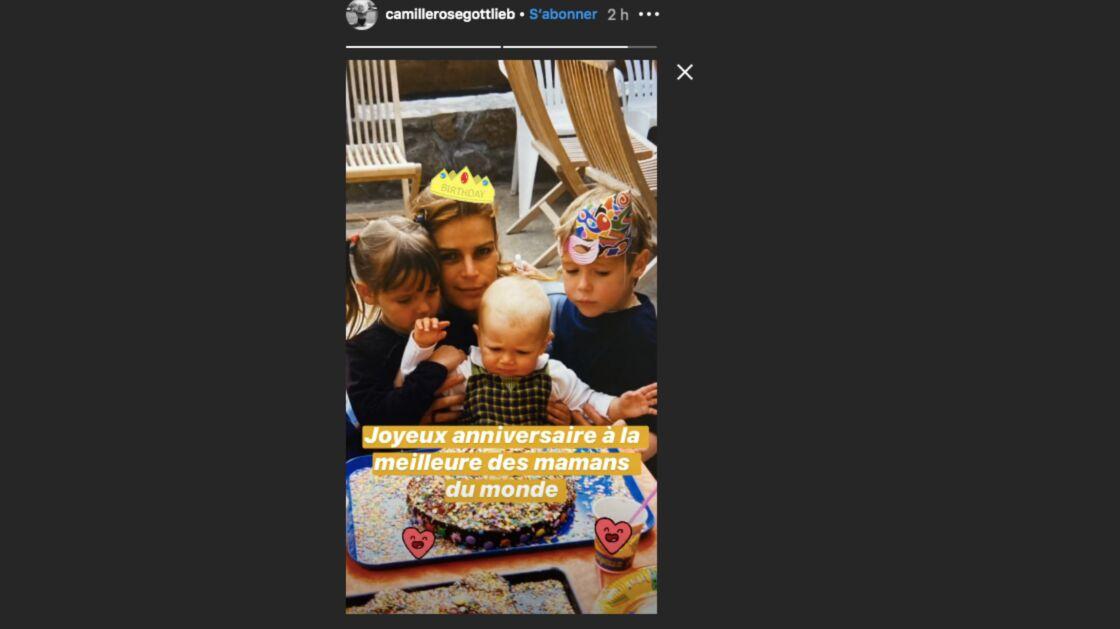 Fille nu joyeux anniversaire