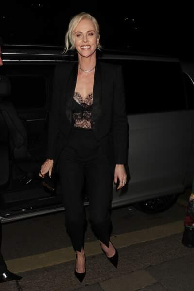 Charlize Theron quitte la robe élégante pour le smoking sexy