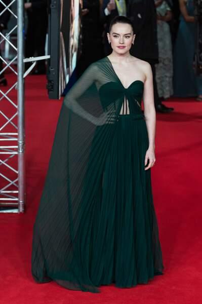 Daisy Ridley dans une robe asymétrique au joli plissé signée Oscar de la Renta