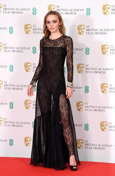 Lily-Rose Depp dans une combinaison robe Chanel