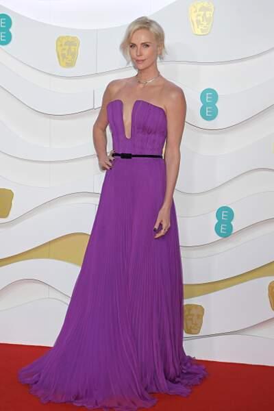 Charlize Theron dans une robe violette signée Dior