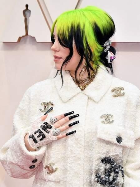 Billie Eilish adopte elle aussi les barrettes, ici signées Chanel