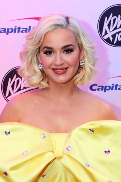 Katy Perry est passée par plein d'expériences capillaires. Aujourd'hui, elle reste sur son carré bouclé