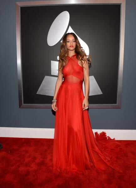 Rihanna chic et glamour dans sa robe rouge