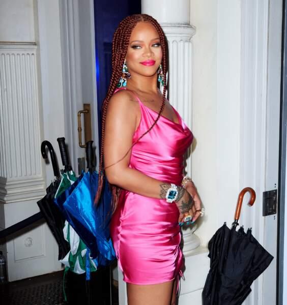 Rihanna sexy dans sa robe rose fluo