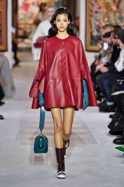 Fashion Week - Défilé Lanvin : les capes en cuir et de longueur mi-cuisse ont tout d'un futur hit