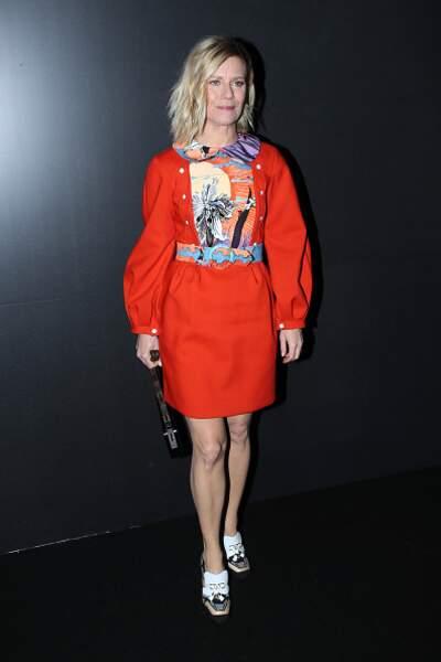 Défilé Vuitton : Marina Fois ose la robe orange plastronnée