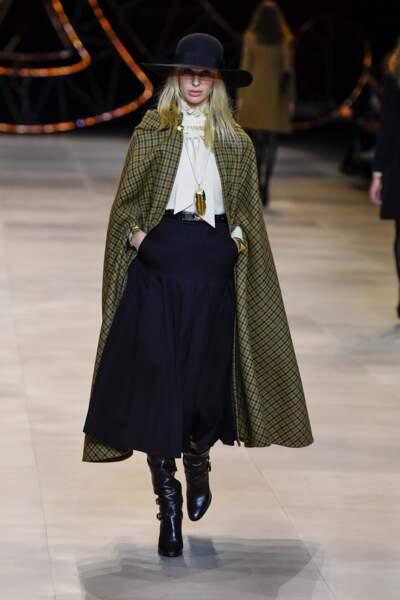 Fashion Week - Défilé Celine : la cape est longue et s'habille de carreaux très classiques