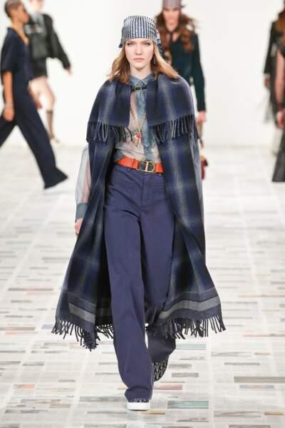 Fashion Week - Défilé Dior : la cape dans un registre plus plaid avec franges
