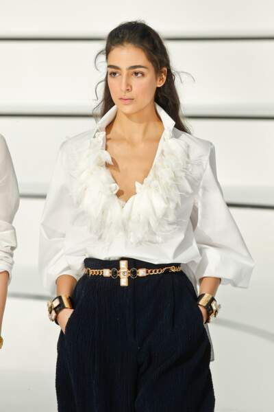 Fashion Week - Défilé Chanel : les chemises travaillent leur col en version douce et romantique