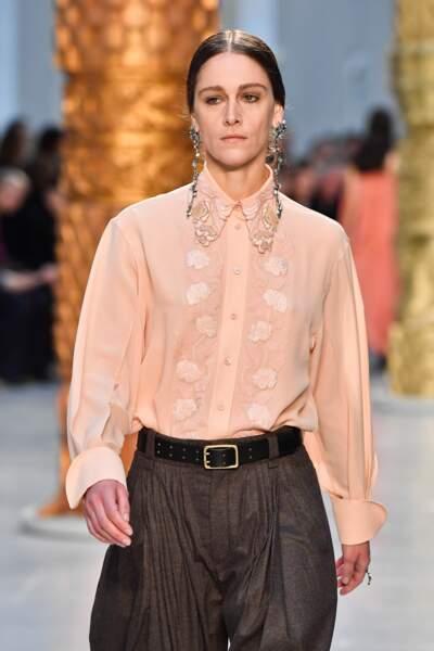 Fashion Week - Défilé Chloé : les chemises travaillent leur col en version douce et romantique