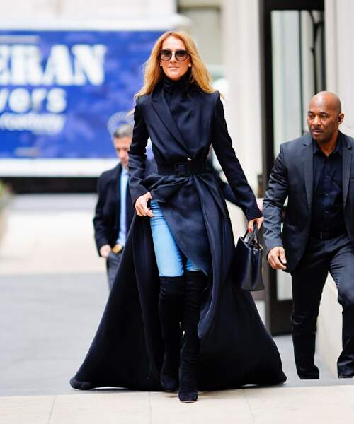 Do Céline Dion : le combo manteau couture et jean casual