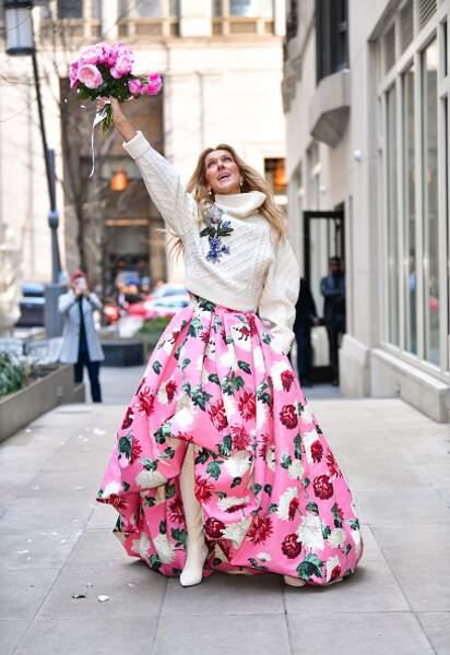 Do Céline Dion : la jupe oversize très fashion avec un pull casual