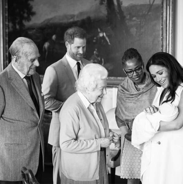 Harry et Meghan présentent leur fils à la famille royale