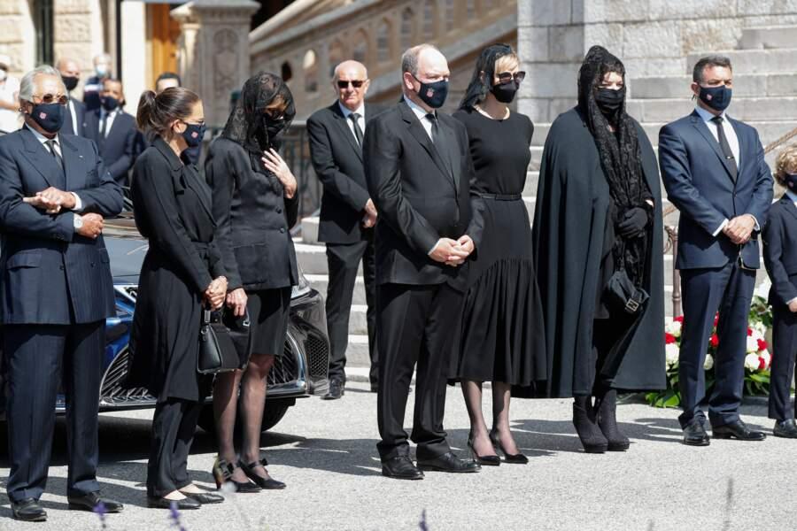 Stéphanie, Caroline et Albert de Monaco, masqués aux obsèques de leur cousine