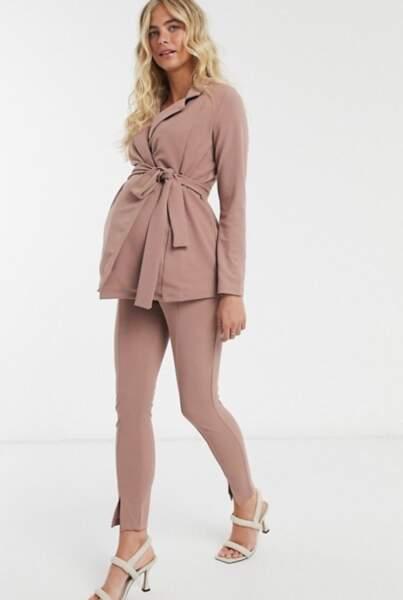 Costume cache-cœur en jersey, ASOS Design Maternity, 31,99€ le blazer et 18,99€ le pantalon
