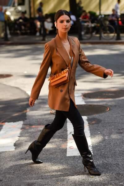 Emily Ratajkowski avec une simple paire de bottes noires et un blazer terracotta